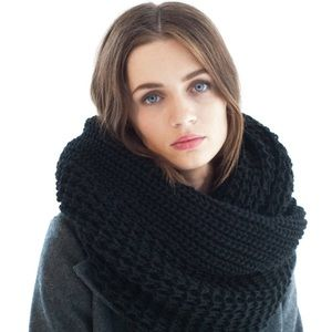NWT Infinity Chunky Oversized Knit Black Scarf
